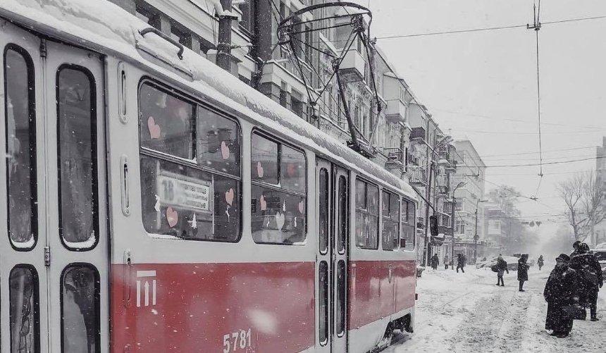 Из-за снега наземный общественный транспорт Киева отклонился отграфика