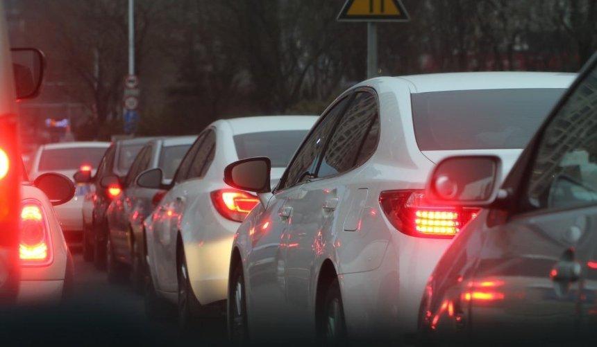 Центр Киева ивыезды изгорода сковали пробки: ситуация надорогах