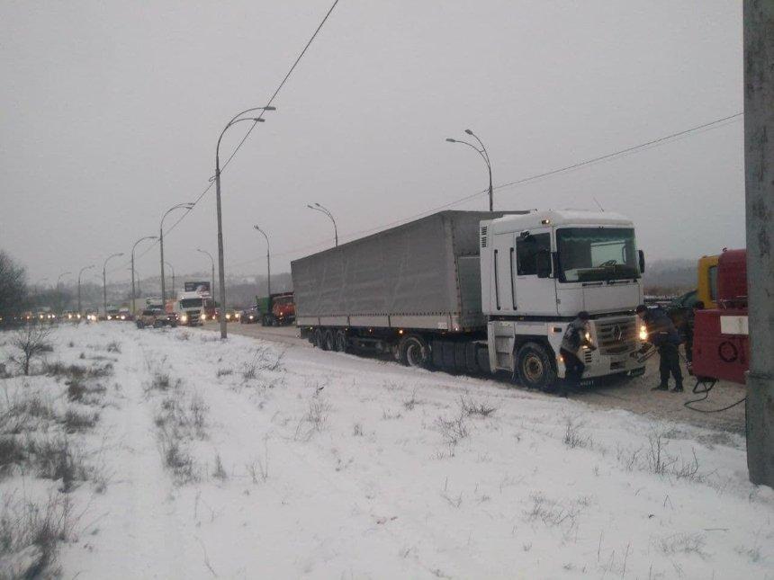 Фуры и грузовики блокируют движение в Киеве: ситуация на дорогах в столице