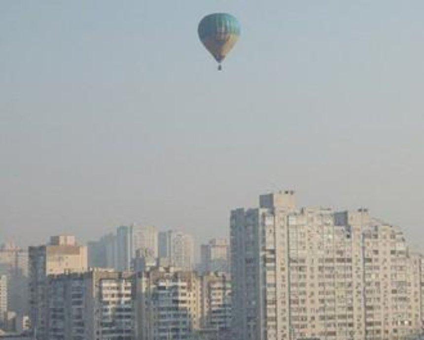 В небе над Киевом заметили сине-желтый воздушный шар (фото)