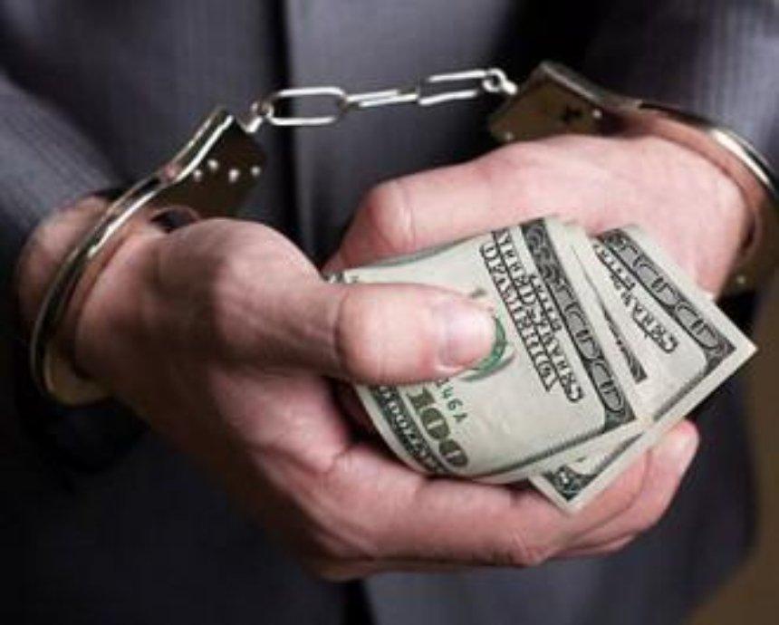 Следователь фискальной службы вымогал у предпринимателя 5,5 тыс долларов