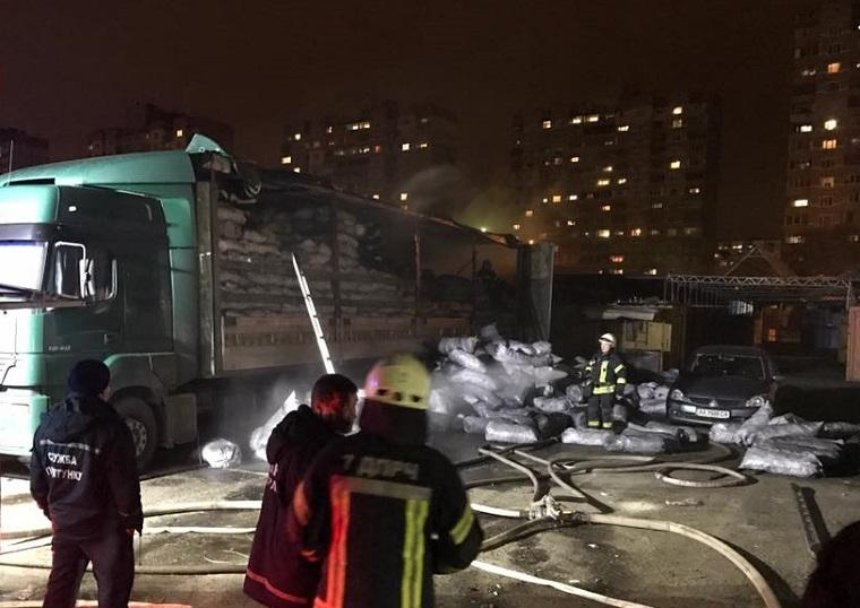 Причина неизвестна: в Киеве вспыхнула фура с углем (фото, видео)