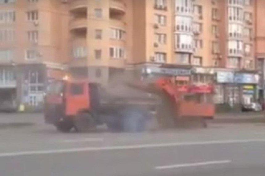 Как в тумане: в соцсетях показали, как коммунальщики убирают улицы (видео)
