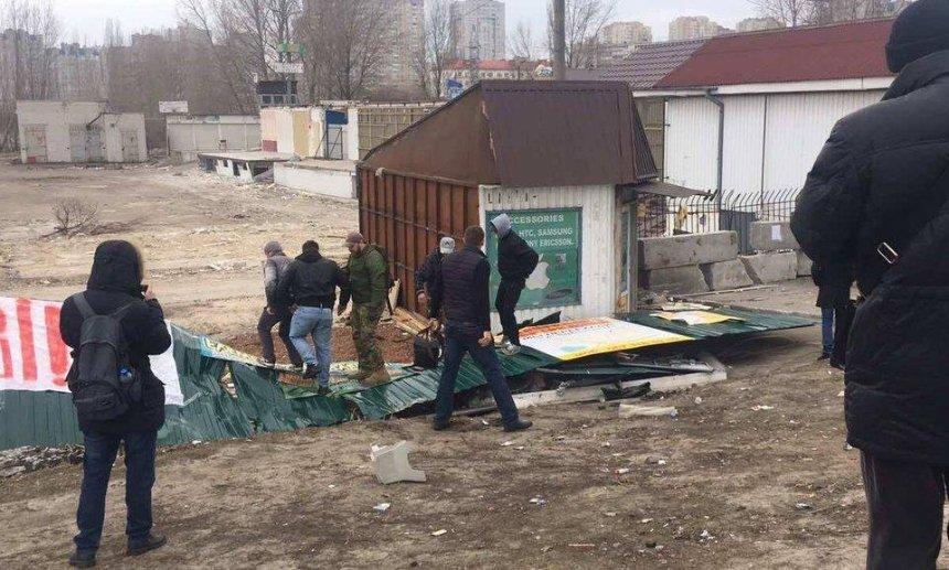 Народный гнев: на Харьковском люди снесли строительный забор (фото, видео)