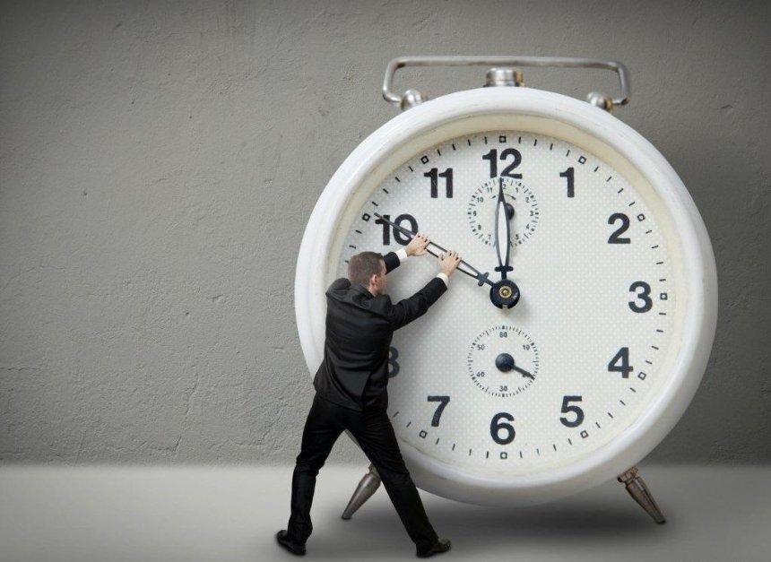 Летнее время: в выходные в Украине переводят часы