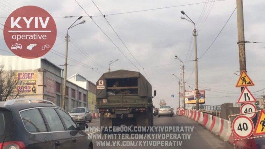 И так сойдет: по Шулявскому мосту продолжают ездить фуры (фото)