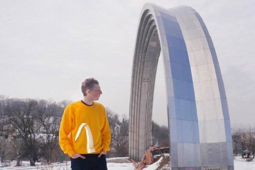 Униформа модерниста: арку Дружбы народов напечатали на футболках (фото)