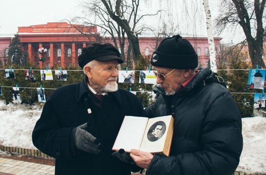 Киевляне под дождем читали стихи Шевченка (фото)
