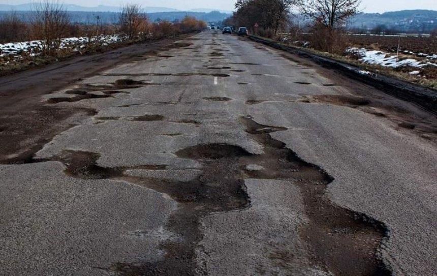 У замминистра инфраструктуры Украины на дорожной яме оторвало колесо