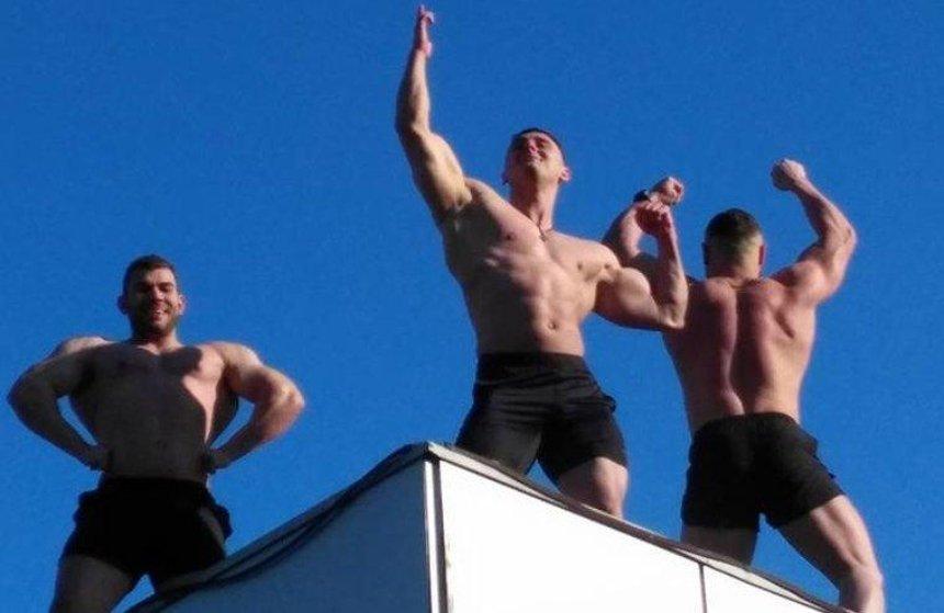 На крышеметро «Дарница» трое полуголых парней устроили танцы (фото)