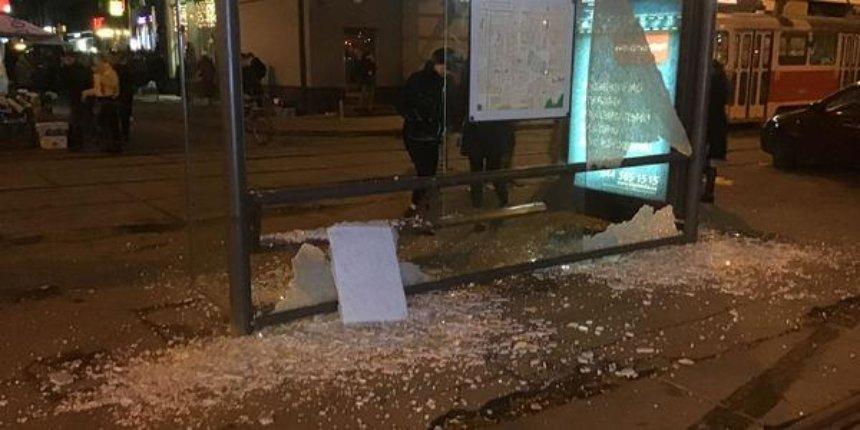 Вандалы разнесли остановку на Контрактовой площади