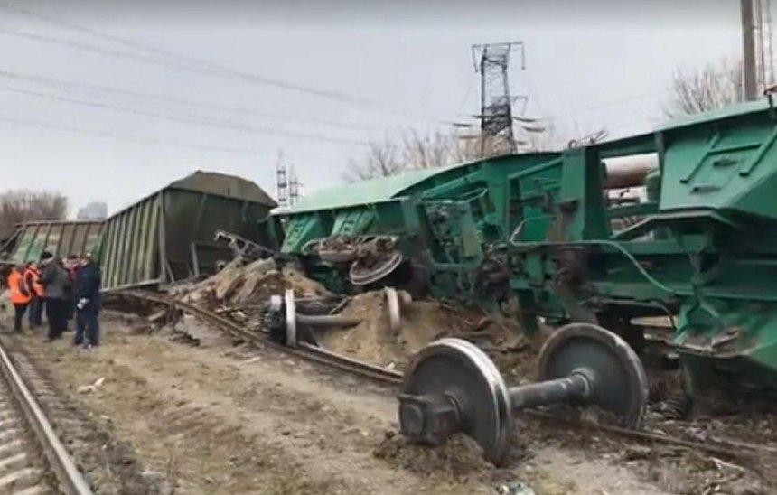 На Выдубичах сошли с рельсов несколько товарных вагонов (видео, фото)