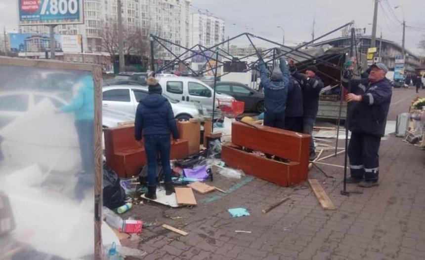 Устанции метро «Минская» убрали палатки (фото)