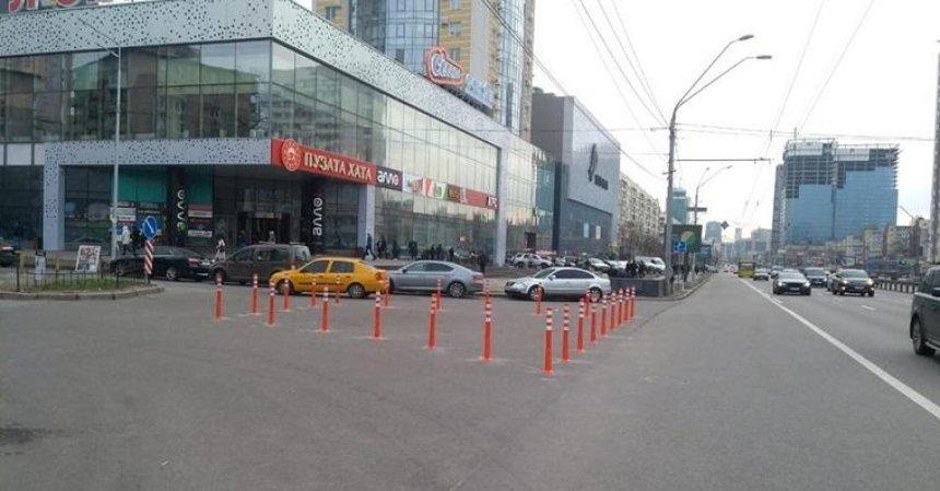 Около метро «Политехнический институт» установили ограничительные столбики (фото)
