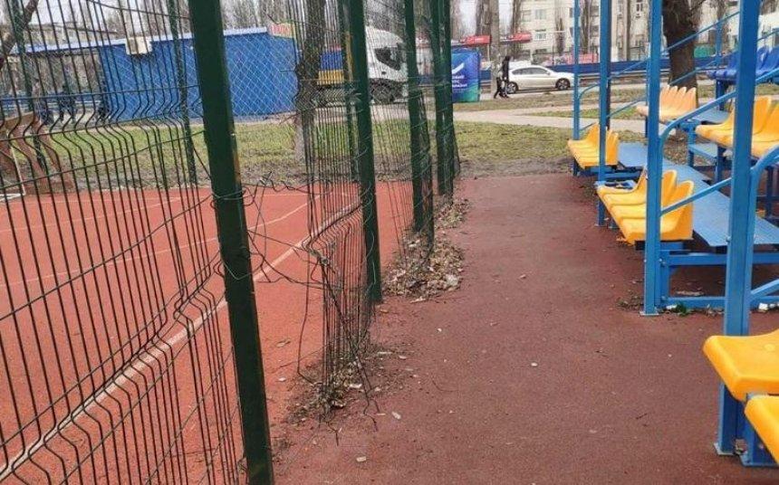 На Борщаговке вандалы разгромили стадион (фото)
