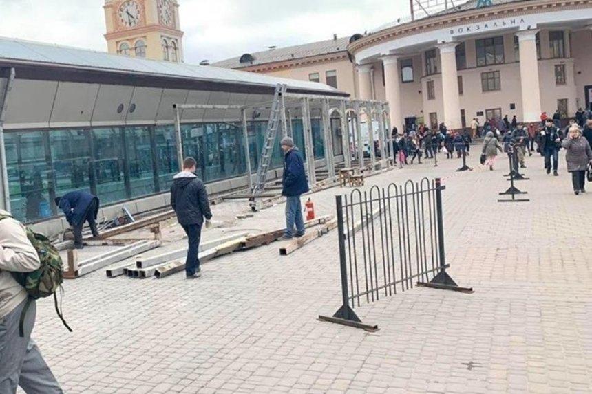 Центральный железнодорожный вокзал Киева начали расчищать от МАФов