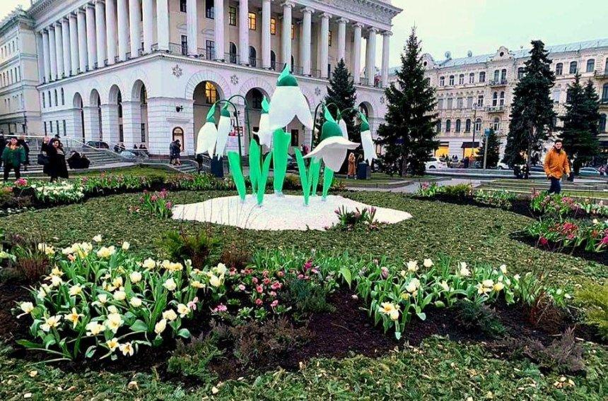 «Не вершина дизайнерского решения»: в КГГА прокомментировали гипсовые подснежники на Майдане