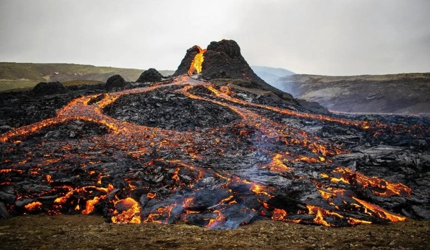 Возле столицы Исландии извергается вулкан, который спал почти 6000 лет: видео сдрона