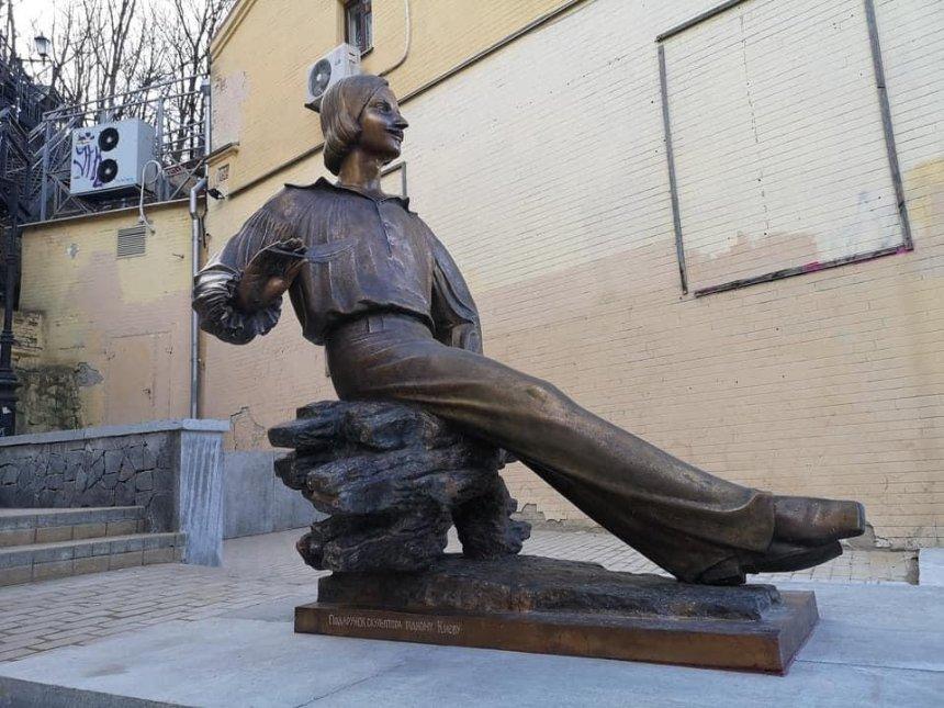 «Без объявления войны»: наАндреевском спуске установили памятник Гоголю