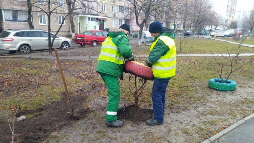 Дворы Дарницкого района освобождают от«клумб» изпокрышек