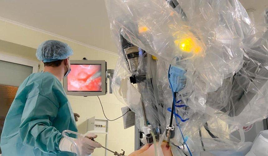 ВоЛьвове робот-хирург DaVinci впервые прооперировал ребенка