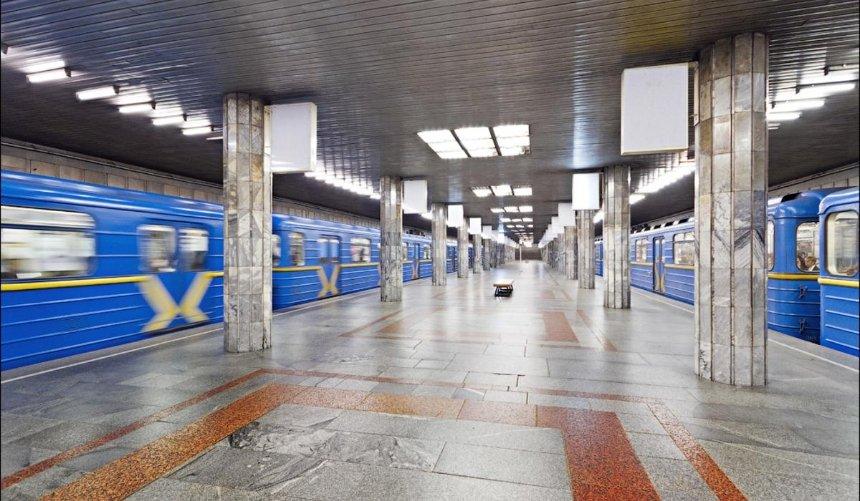 Настанции метро «Почайная» временно закроют один известибюлей