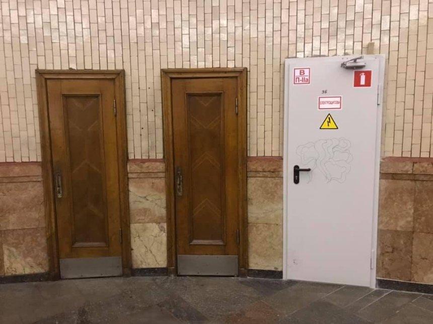 Оригинальные деревянные двери на«Арсенальной» заменили без разрешения КГГА,— адвокат