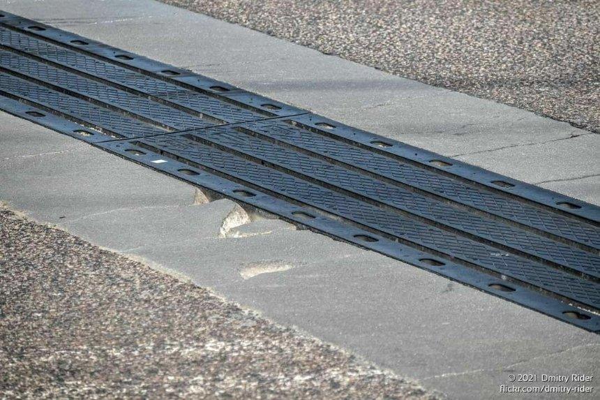 Путепровод на проспекте Степана Бандеры рушится после ремонта