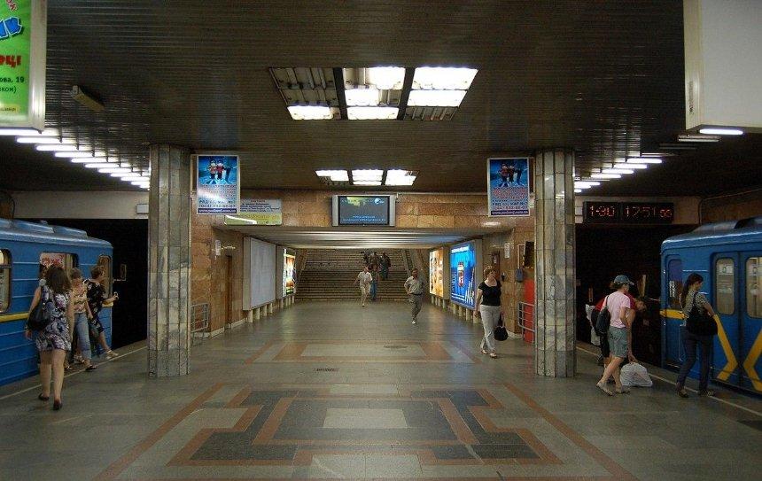 На станции «Почайна» установили антивандальные турникеты нового типа