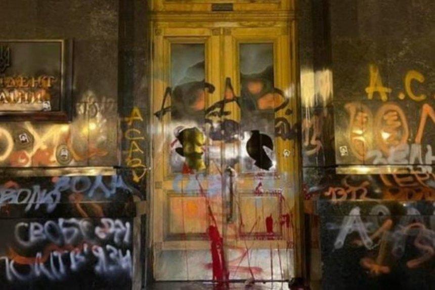 Художественная галерея хочет выкупить разрисованные двери Офиса президента