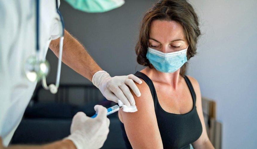 ВКанаде приостановили вакцинацию людей до55лет препаратом AstraZeneca: причина