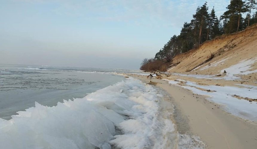 Огромные льдины ипесок: всети опубликовали фото зимнего Киевского моря