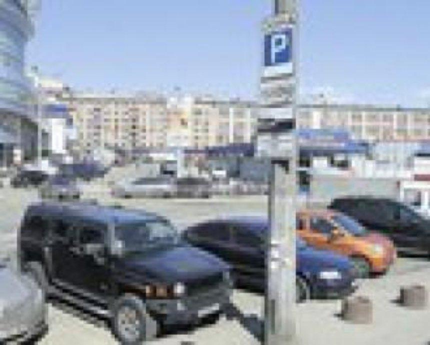 Азаров разрешил не платить парковщикам