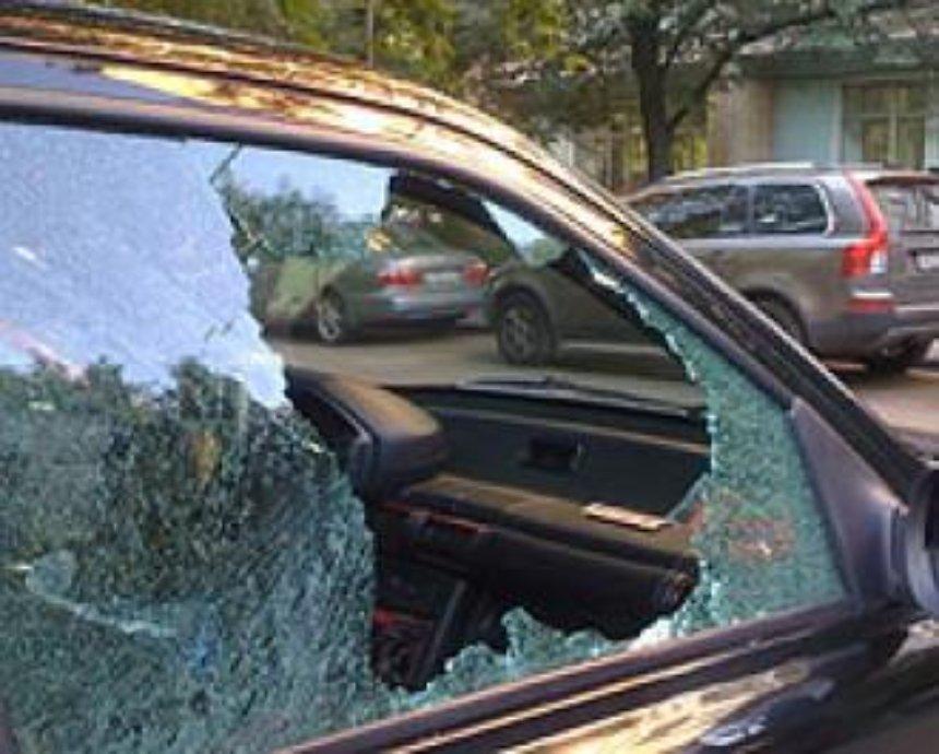 На Русановке неизвестные бьют окна машин