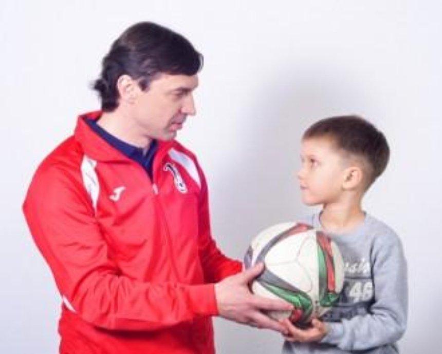 Открылась фотовыставка украинских звезд вместе с детьми-переселенцами