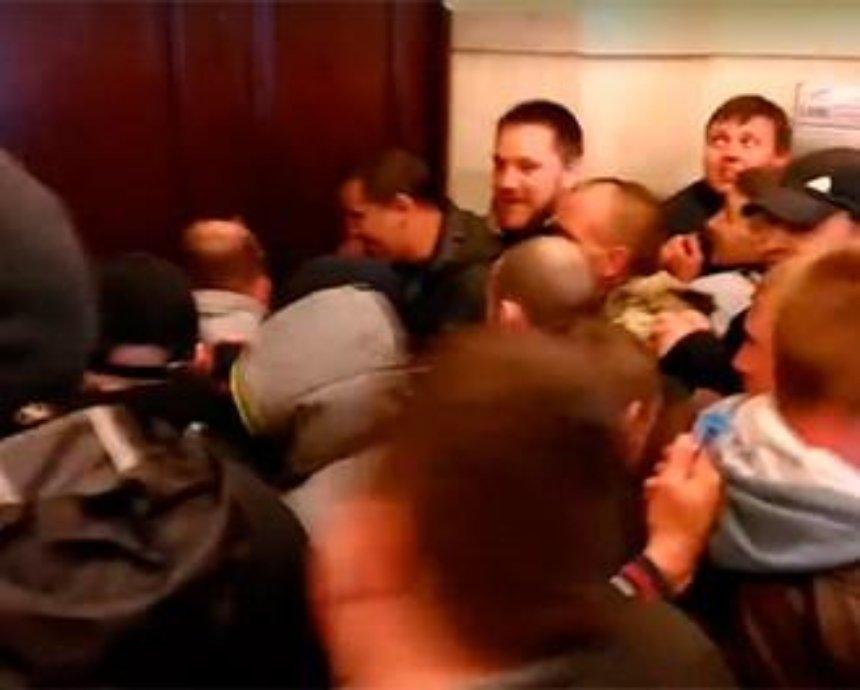 Как МАФовики и депутаты от Свободы выламывали дверь КГГА и били толпой одного зеленого человека