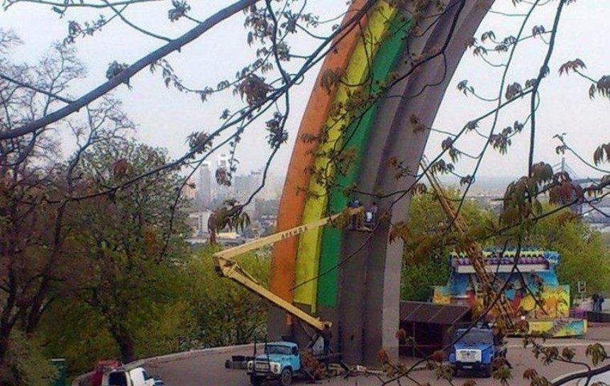 Арку Дружбы Народов начали красить в цвета радуги (обновлено)