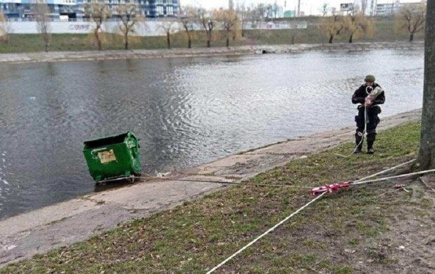 В Киеве вандалы утопили мусорный контейнер в Русановском канале (фото)