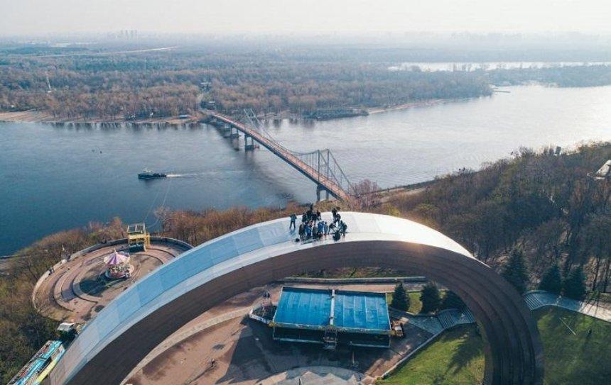 В Киеве руферы покорили арку Дружбы народов (фото)