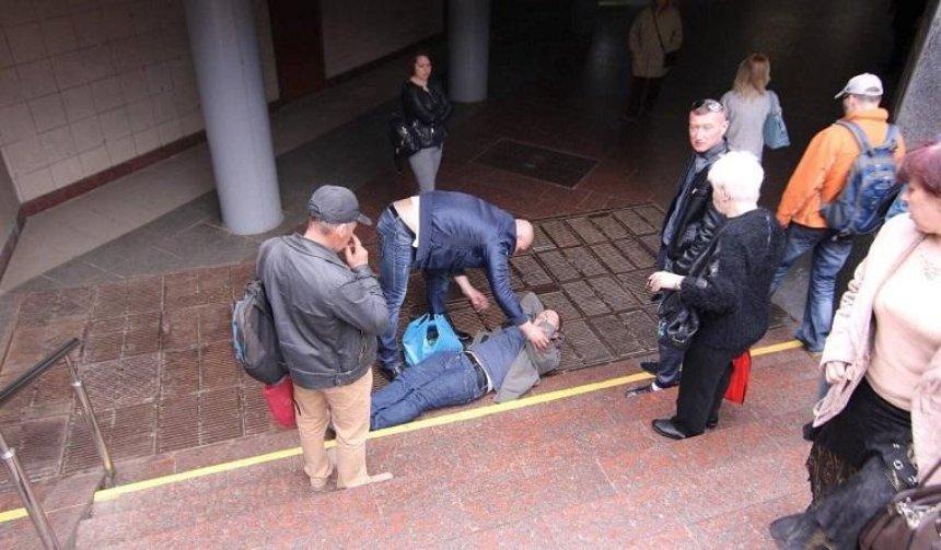В столице мужчина упал в подземный переход и сломал фонарь (фото)