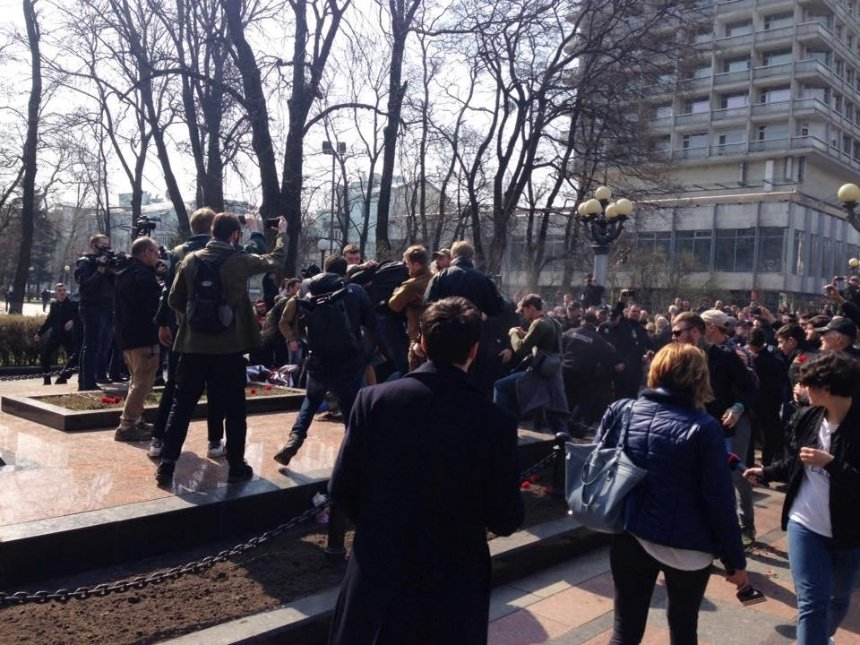 В Киеве националисты подрались с нардепом от Оппоблока (фото, видео) (обновлено)