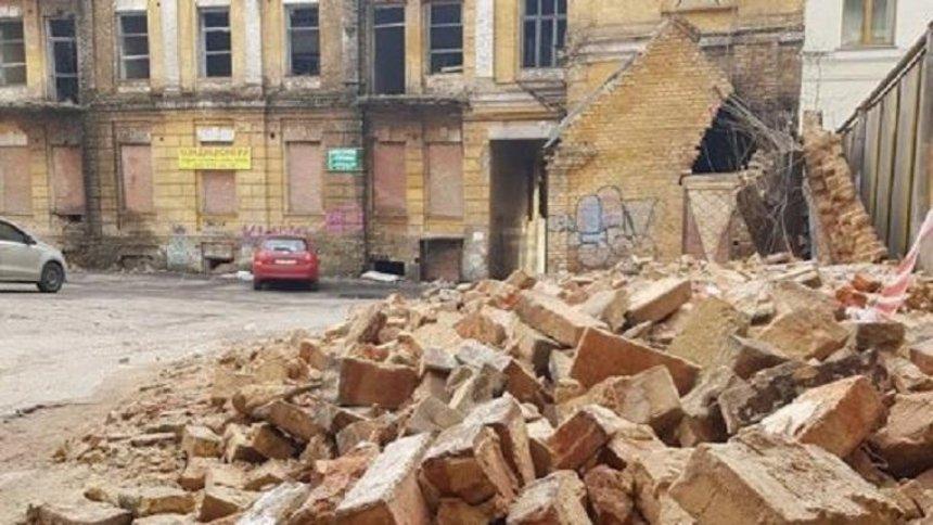 Возле дома Сикорского рухнула стена