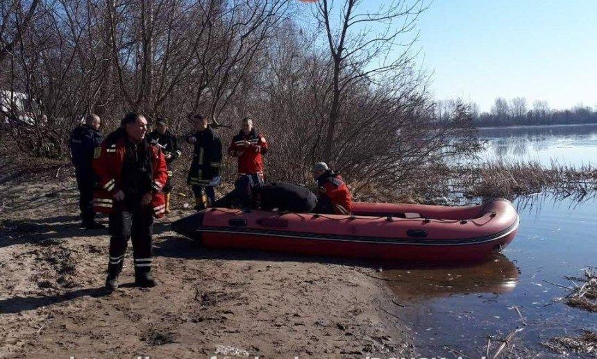 В Киеве на Днепре опрокинулась лодка с людьми (фото)