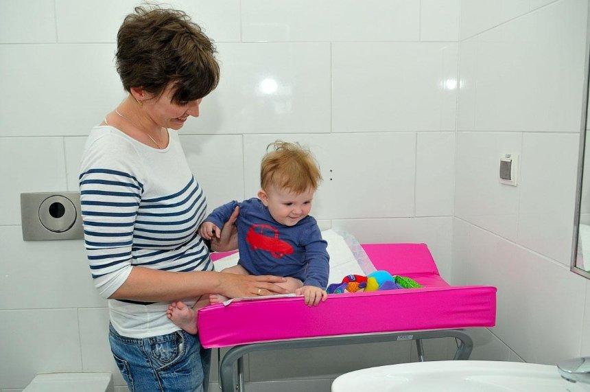 Во всех общественных местах будут пеленальные столики для младенцев
