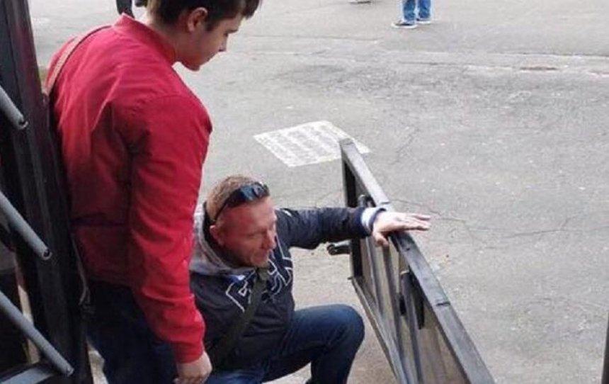 На Лесном пассажир выпал из троллейбуса вместе с дверью