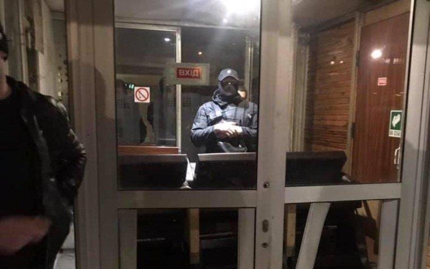 В Киеве «титушки» захватили спортивный комплекс «Восход» (фото, видео)