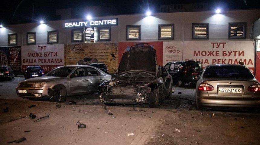 На парковці супермаркету вибухнув автомобіль (фото, відео)