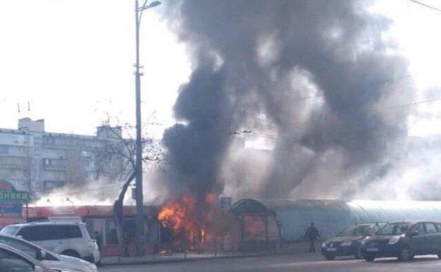Пожар на Березняках: горят торговые ряды на рынке (фото, видео) (обновлено)