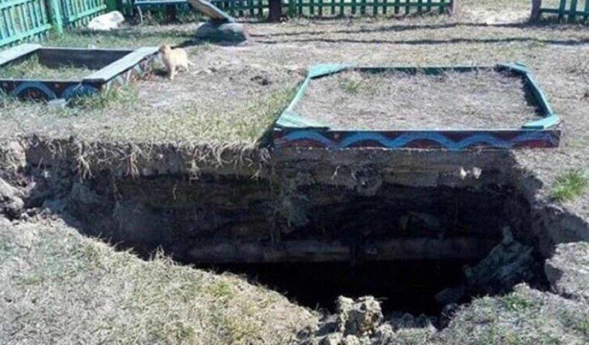 Под Киевом часть детской площадки провалилась под землю
