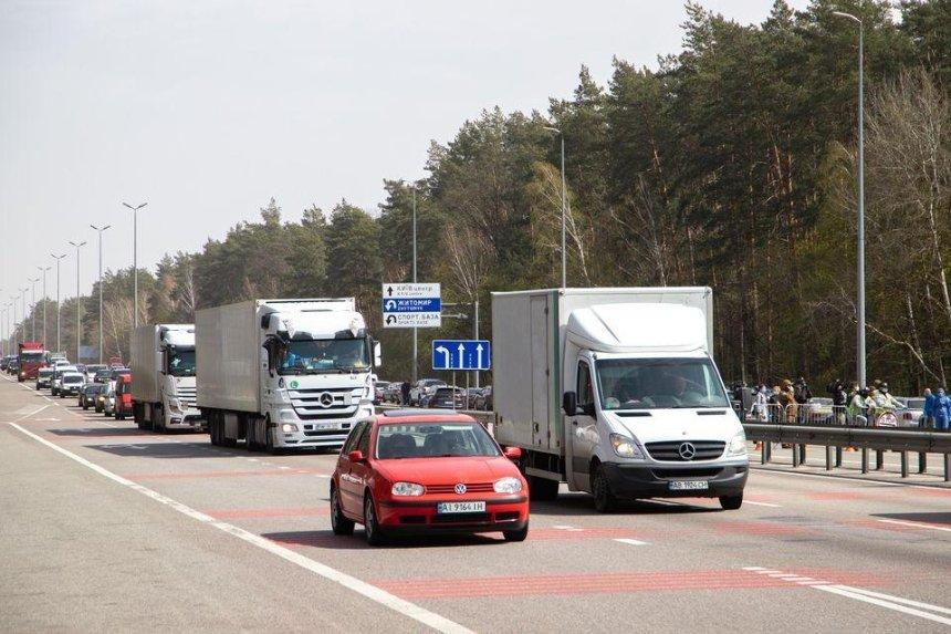 Километровые пробки и блокпосты: что происходило на въездах в Киев
